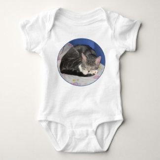 ミトンの子ネコの昼寝のワイシャツ ベビーボディスーツ