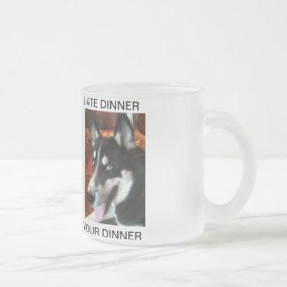 ミナシベリアンハスキー-彼女はあなたの夕食を食べました フロストグラスマグカップ