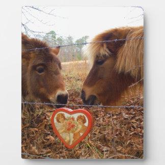 ミニチュアろば及び馬のバレンタインのハート フォトプラーク