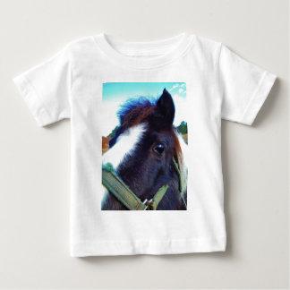ミニチュア馬の顔のクローズアップ ベビーTシャツ