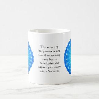 ミニマリズムについてのSocratesの感動的な引用文 コーヒーマグカップ