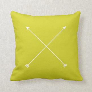 ミニマルな淡黄緑のモダンな矢 クッション