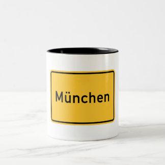 ミュンヘン、ドイツの交通標識 ツートーンマグカップ