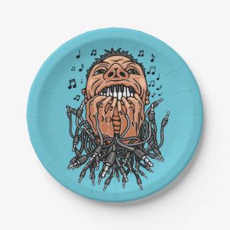 ミュージシャンはキーボードののような彼の歯で遊びます ペーパープレート