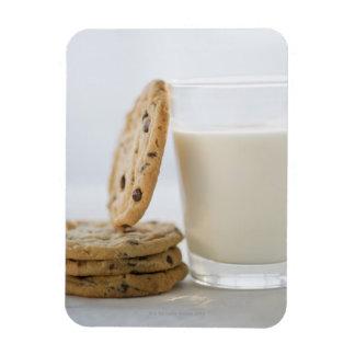 ミルクおよびクッキーのクローズアップのガラス マグネット