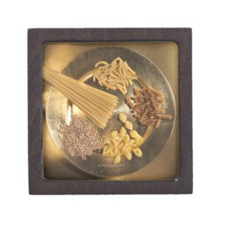 ムギのパスタそして穀物が付いている金ゴールドプレート ギフトボックス