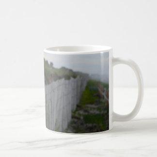 メインのビーチの塀のクラシックで白いマグの写真 コーヒーマグカップ