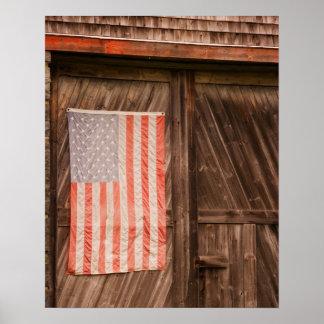 メインの古い納屋のドアの衰退した米国旗 ポスター