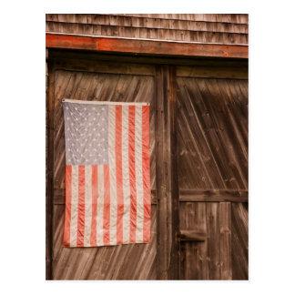 メインの古い納屋のドアの衰退した米国旗 ポストカード