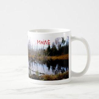 メインの平和な池 コーヒーマグカップ