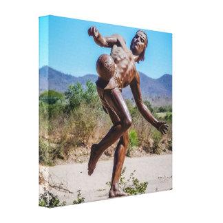 メキシコの人蹴るFutbolのブラウンの彫像 キャンバスプリント