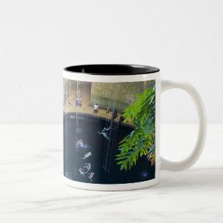 メキシコ、キンタナ・ロー州、Chichen Itzaの近くの、 ツートーンマグカップ