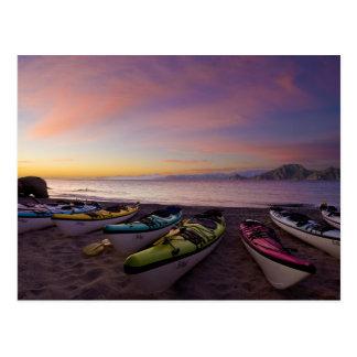 メキシコ、BajaのCortezの海。 海のカヤック ポストカード