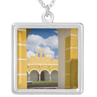 メキシコ、Yucatan、Izamal。 フランシスコ会の女子修道院2 シルバープレートネックレス