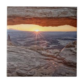 メサのアーチ、Canyonlandsの国立公園の日の出 タイル