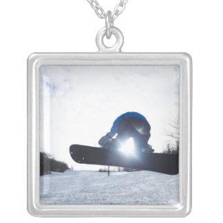 メスのスノーボーダーはニューハンプシャーの空気を取ります。 シルバープレートネックレス