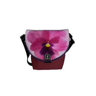 メッセンジャーバッグ-暗いピンクのパンジー クーリエバッグ