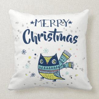 メリークリスマスのタイポグラフィ及びクリスマスのフクロウ クッション