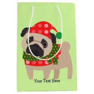 メリークリスマスの休日のパグ犬 ミディアムペーパーバッグ