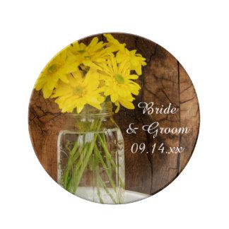 メーソンジャーおよび黄色いデイジーの納屋の結婚式の記念品 磁器プレート