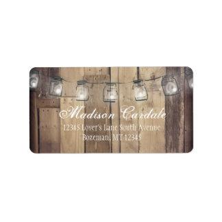 メーソンジャーは納屋の木製の結婚式の宛名ラベルをつけます ラベル