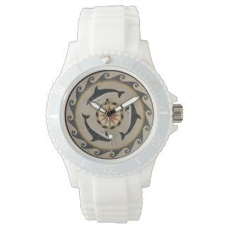 モザイク石造りのタイルのイルカの波の白いスポーツの腕時計 腕時計