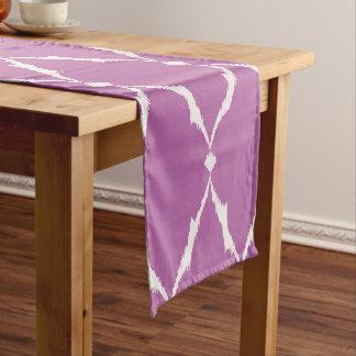 モダンでシックな織り目加工の紫色のイカットのシェブロンパターン ショートテーブルランナー