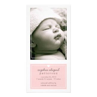 モダンでシンプルな女の赤ちゃんの誕生の発表のピンク カスタム写真カード