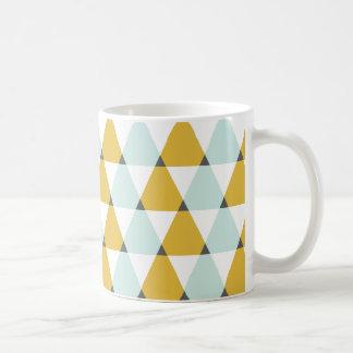 モダンで幾何学的で真新しく黄色い三角形パターン コーヒーマグカップ