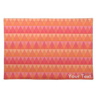 モダンで幾何学的な三角形パターン珊瑚及びピンクの芸術 ランチョンマット