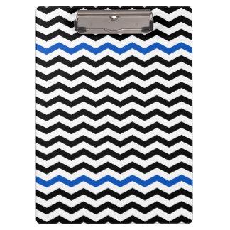 モダンで青及び黒いシェブロンのジグザグ形のプリントのクリップボード クリップボード