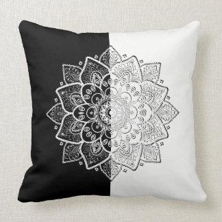 モダンで黒く及び白く幾何学的な曼荼羅のデザイン クッション