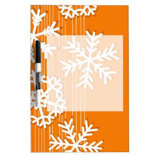 モダンなオレンジおよびホワイトクリスマスの白の雪片 ホワイトボード