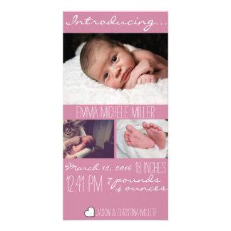 モダンなピンクのベビーの誕生の発表の写真カード カード