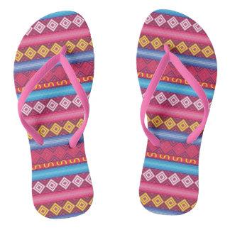 モダンなピンクのペルーパターン ビーチサンダル