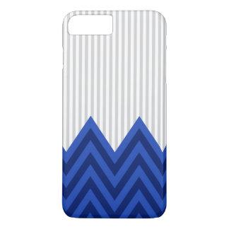 モダンなロイヤルブルーのシェブロンの灰色のストライプパターン iPhone 8 PLUS/7 PLUSケース