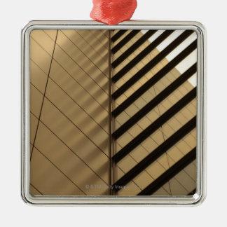 モダンな建築は、ある調子を与えられて黄色になります シルバーカラー正方形オーナメント