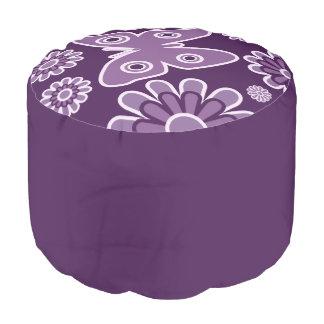 モダンな紫色およびラベンダーの花の春の蝶 プーフ