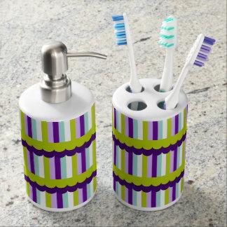 モダンな紫色および緑のストライプパターン バスセット