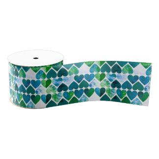 モダンな緑及び青の汚いハートのデザイン グログランリボン