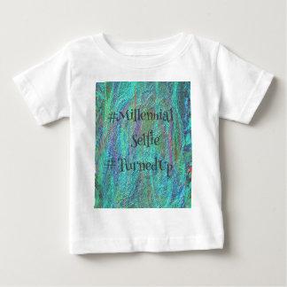 モダンな青の抽象芸術千年のSelfie TurnedUp De ベビーTシャツ