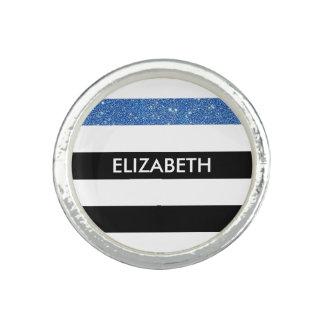 モダンな黒のストライプの模造ので青い輝きおよび名前 指輪
