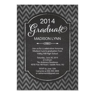 モダンな黒板のシェブロンの卒業パーティー 12.7 X 17.8 インビテーションカード