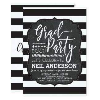 モダンな黒板は卒業生のパーティの招待状をスケッチしました カード