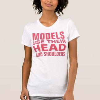モデルはヘッド・アンド・ショルダーを使用します Tシャツ