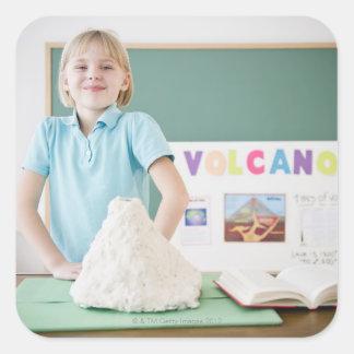 モデル火山と立っているコーカサス地方の女の子 スクエアシール