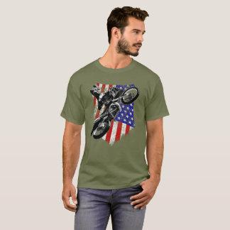 モトクロスの土のバイクの動揺してな米国旗のティー Tシャツ