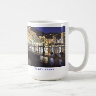 モナコの海岸の近くの小さい橋 コーヒーマグカップ
