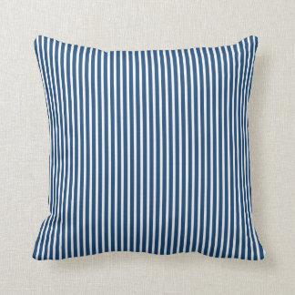 モナコの青くストライプので装飾的な枕 クッション