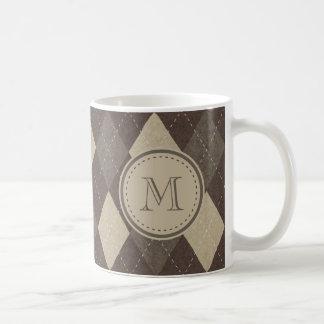 モノグラムが付いているモカChoccaブラウンのアーガイル柄のなパターン コーヒーマグカップ